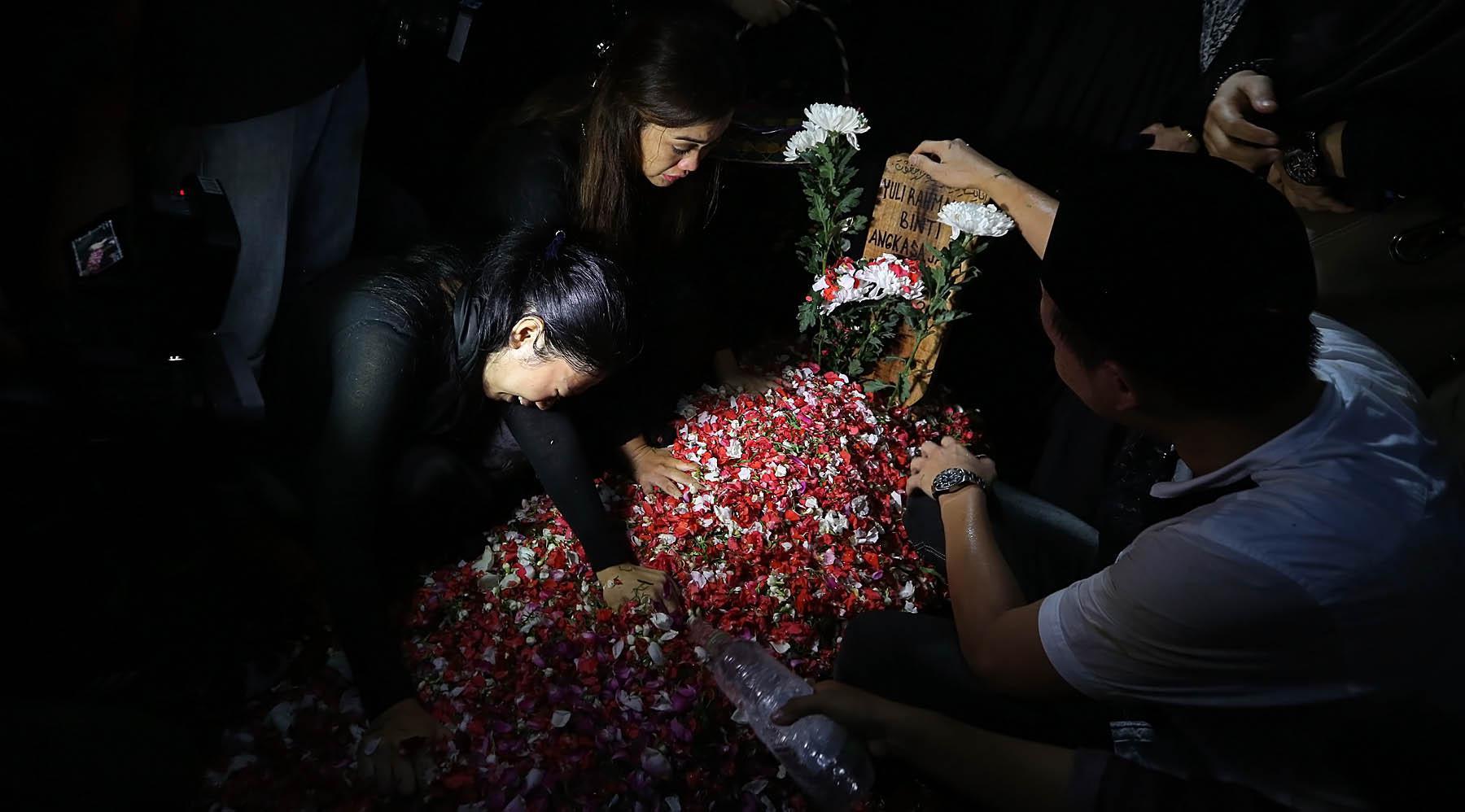 Julia Perez, pergi meninggalkan keluarga, sahabat, dan para penggemarnya. Tidak sedikit masyarakat yang menumpahkan air matanya ketika hadir di lokasi pemakaman di TPU Pondok Ranggon, Jakarta Timur. (Bambang E.Ros/Bintang.com)