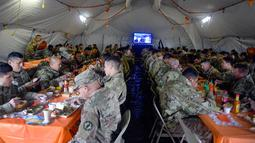 Tentara AS makan bersama untuk merayakan Thanksgiving di Donna, Texas, Kamis (22/11). Thanksgiving merupakan Hari Pengucapan Syukur yang jatuh pada Kamis ke-4 di bulan November. (Senior Airman Alexandra Minor/U.S. Air Force/Department of Defense via AP)
