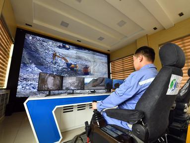 Pekerja mengoperasikan ekskavator nirawak menggunakan sistem kendali jarak jauh di Tambang Sandaozhuang milik China Molybdenum Co., Ltd., Luanchuan, Provinsi Henan, China, 12 Agustus 2020. Sejak 2019, teknologi 5G telah diterapkan dalam operasional Tambang Sandaozhuang. (Xinhua/Li Jianan)