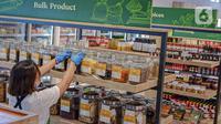 Pegawai menata produk Usaha Mikro, Kecil, dan Menengah (UMKM) yang dijual di M Block Market, Jakarta, Minggu (14/3/2021). M Block Market menjual berbagai produk buatan dalam negeri dalam rangka mendukung program pemerintah terkait kemudahan berusaha bagi UMKM. (Liputan6.com/Faizal Fanani)