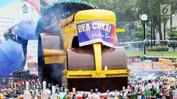 Menkeu Sri mulyani memusnahkan barang bukti sitaan di Kantor Bea dan Cukai, Jakarta, Kamis (15/2). Barang tersebut merupakan hasil tangkapan Bea dan Cukai bekerja sama dengan penegak hukum, kementerian, dan lembaga. (Liputan6.com/AnggaYuniar)