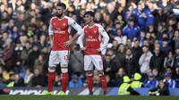 Pemain Arsenal, Olivier Giroud dan Mesut Ozil, tampak kecewa usai kalah dari Chelsea. Satu-satunya gol Arsenal dicetak oleh Giroud pada menit ke 90' yang memanfaatkan umpan dari Nacho Monreal. (EPA/Will Oliver)