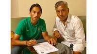 Ezra Walian teken kontrak dengan klub peserta kasta kedua Liga Belanda, Almere City FC. (Bola.com/Dok. Almere City)