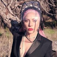 Lady Gaga memakai headpiece Rinaldy Yunardi (Foto: Instyle/ Instagram Lady Gaga)
