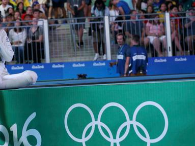 Atlet Anggar Prancis, Lauren Rembi menutup wajahnya usai kalah bertanding oleh atlet China, Sun Yiwen memperebutkan perunggu di olimpiade Rio 2016, Brasil, (6/8). (REUTERS / Issei Kato)