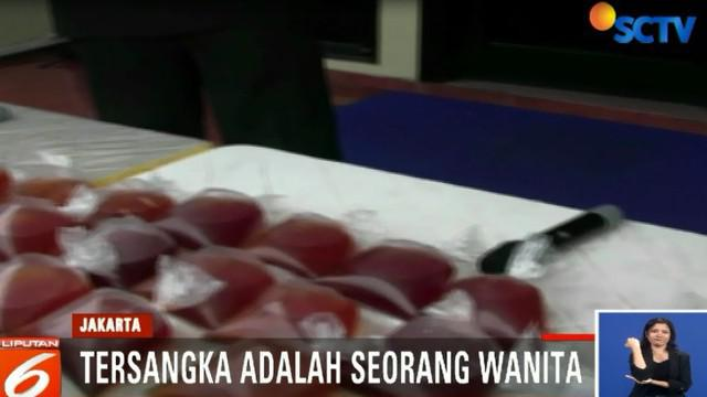 Polisi menyita puluhan kantong miras oplosan siap edar berikut sejumlah dirigen berisi alkohol dan zat kimia jenis metanol.