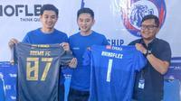 CEO PT Rhino Indonesia Sukses, Herbit (tengah) bersama manajer store Arema FC, Tjiptadi Purnomo (kanan) dalam perkenalan kerja sama di kantor manajemen Arema, Malang, Sabtu (11/1/2020). (Bola.com/Iwan Setiawan)