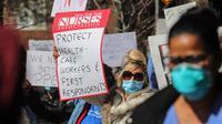 Puluhan perawat yang menangani pasien virus Corona (COVID-19) berdemo di luar sebuah rumah sakit di New York, Amerika Serikat (AS)(2/4/2020). Di kota ini pasien corona nyaris 100 ribu dengan 2.300 orang meninggal dunia. (AP/Bebeto Matthews)