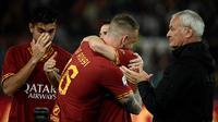 Gelandang AS Roma, Daniele De Rossi, memeluk rekannya usai melawan Parma pada laga Serie A di Stadion Olympic, Roma, Minggu (26/5). Laga ini perpisahan bagi De Rossi dan AS Roma setelah 18 tahun. (AFP/Filippo Monteforte)