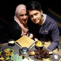 Meskipun belum dikaruniai buah hati, akan tetapi rumah tangga Dhini Aminarti dan Dimas Seto tetap mesra. (Foto: instagram.com/dhiniaminarti)
