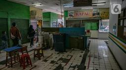 Pengunjung terlihat berjalan di dalam Pasar Pondok Labu, Jakarta, Rabu (10/2/2021). Satu pedagang dinyatakan positif Covid-19, meski begitu pengelola Pasar Pondok Labu tetap melanjutkan operasional pasar sambil melakukan penyemprotan cairan disinfektan selama tiga hari. (Liputan6.com/Faizal Fanani)