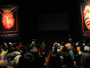 Poster almarhum Didi Petet terpampang di dalam Teater Luwes Institut Kesenian Jakarta, Cikini, Selasa (23/6/2015). Memperingati 40 hari kepergiannya, IKJ menggelar acara bertema 'Wajah Rinduku'. (Liputan6.com/Faisal R Syam)
