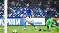 Penyerang Napoli, Fernando Llorente (kiri) saat menceploskan bola ke gawang Liverpool, tengah pekan lalu. Llorente kembali menjadi bintang Napoli saat tandang ke Lecce, Minggu (22/9/2019).  (AFP / Andreas Solaro)