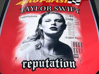 """Kap mobil balap Chevrolet Camaro SS yang didesain dengan sampul album terbaru Taylor Swift """"Reputation"""" disiapkan di Las Vegas, Nevada (10/11). Album ke-6 Taylor Swift terdiri dari 15 lagu. (AFP Photo/Getty Images/AFP)"""