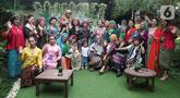 Sejumlah perempuan foto bersama pada acara Ngopi Tengkuluk, Mengenal Penutup Kepala Perempuan Indonesia di Depok, Minggu (26/09/2021). Kegiatan untuk melestarikan budaya Nusantara digelar dalam rangka Hari Batik Nasional. (Liputan6.com/HO/Sybli)