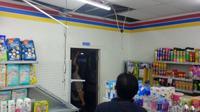 Pencuri membobol atap dan plafon Indomart. (Foto: Liputan6.com/Polres Pemalang/Muhamad Ridlo)