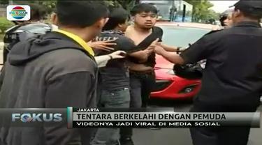 Gara-gara buang sampah sembarangan dari mobilnya, seorang pemuda terlibat perkelahian dengan pemotor yang ternyata prajurit TNI AL.