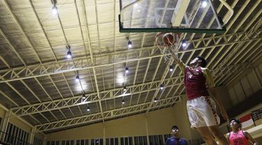 Pebasket junior West Bandits, Kelvin Sanjaya, berusaha memasukan bola saat latihan di Hall Basket Hawks BSD, Tangerang, Senin (21/10). Meski klub amatir, West Bandits serius melakukan pembinaan usia muda. (Bola.com/Vitalis Yogi Trisna)