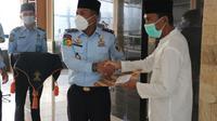 Kepala Rutan Kelas 1 Depok, Anton memberikan remisi hari raya Idul Fitri kepada warga binaan. (Istimewa)