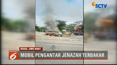 Akibat korsleting pada AC yang baru saja diservis, sebuah mobil pengantar jenazah terbakar di fly over Summarecon Bekasi.