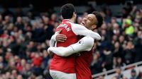 Pemain Arsenal, Henrikh Mkhitaryan berselebrasi dengan Pierre-Emerick Aubameyang setelah mencetak gol ke gawang Watford pada lanjutan pertandingan Liga Inggris di Emirates Stadium, Minggu (11/3). Arsenal sukses mengandaskan Watford 3-0. (AP/Matt Dunham)