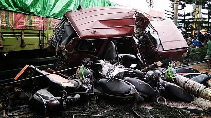 Truk tronton menabrak sejumlah kendaraan di depan RSU Muhammadiyah Siti Aminah Bumiayu, Brebes, Jawa Tengah, Senin (10/12). Polisi menyebut kecelakaan diduga akibat truk mengalami rem blong. (Liputan6.com/Fajar Eko Nugroho)