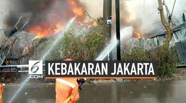 sebuah gudang penyimpanan alat-alat pesta pernikahan habis terbakar akibat korsleting listrik. Api membakar seluruh isi gudang. 12 unit mobil pemadam di kerahkan mengatasi kebakaran.