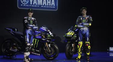 Pebalap Monster Energy Yamaha, Valentino Rossi dan Maverick Vinales saat peluncuran motor baru untuk MotoGP 2019 di Hotel Four Season, Senin (4/2). Motor baru tersebut diharapkan bisa mengangkat performa Yamaha. (Bola.com/Okie Prabhowo)