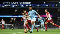 Gelandang Manchester City, Raheem Sterling mengendalikan bola saat menjamu West Bromwich Albion pada laga pekan ke-25 Premier League di Etihad Stadium, Kamis (1/2). City menang telak dalam laga yang berakhir dengan skor 3-0. (Oli SCARFF/AFP)