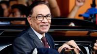 Politisi Malaysia, Anwar Ibrahim sebelum masuk ke dalam mobil setelah keluar dari RS Rehabilitasi Cheras, Kuala Lumpur, Rabu (16/5). Anwar dibebaskan setelah Perdana Menteri Mahathir Mohamad memenangkan pemilu Malaysia, Rabu (9/5) lalu. (AP/Vincent Thian)