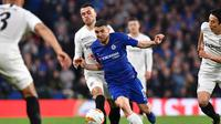 Aksi Mateo Kovacic melewati Filip Kostic pada leg kedua Liga Europa yang berlangsung di Stadion Stamford Bridge, London, Jumat (10/5). Chelsea menang 4-3 atas Eintracht Frankfurt lewat adu penalti. (AFP/Oliver Greenwood)