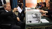 Presiden Aljazair Abdelaziz Bouteflika memberikan hak suara dalam pemilu parlemen. (AP)