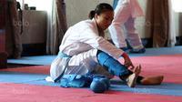 Karateka putri Indonesia, Srunita Sari memasang pengaman saat berlatih persiapan SEA Games 2017 di The Belezza, Permata Hijau, Jakarta, Senin (10/8/2017). Karate akan bertanding pada 22-24 Agustus 2017. (Bola.com/Nicklas Hanoatubun)