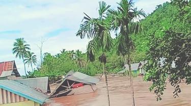 Rumah warga di Desa Tapuwatu, Kecamatan Asera, Kabupaten Konawe Utara terseret arus banjir, beberapa waktu lalu.(Liputan6.c0m/Ahmad Akbar Fua)