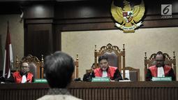Majelis hakim saat memutuskan vonis terdakwa Anang Sugiana Sudiharjo di Pengadilan Tipikor, Jakarta, Senin (30/7). Anang dinyatakan bersalah dan terbukti memperkaya korporasi dari pengadaan proyek e-KTP sebesar Rp 79 miliar. (Merdeka.com/Iqbal S. Nugroho)
