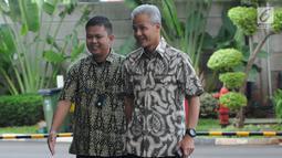 Gubernur Jawa Tengah Ganjar Pranowo (kanan) tiba di Gedung KPK, Jakarta, Jumat (10/5/2019). Ganjar dipanggil dalam kapasitasnya sebagai mantan anggota DPR. (merdeka.com/Dwi Narwoko)