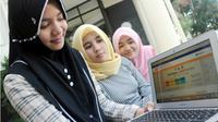 JALUR MANDIRI: Dari kiri, Rachel Fattama, Fadilah Fauziah dan Lila Robandria, membuka website pendaftaran PTN jalur mandiri Universitas Airlangga Surabaya, Selasa (10/7). (RADAR SURABAYA/ANDY SATRIA)