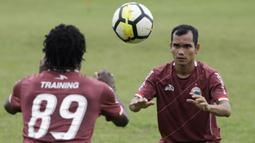 Pemain Persija Jakarta, Riko Simanjuntak, melempar bola saat latihan di Lapangan Sutasoma, Jakarta, Rabu (16/1). Ini merupakan latihan perdana yang dipimpin oleh Ivan Kolev. (Bola.com/Yoppy Renato)