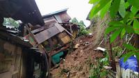 Longsor timpa sebuah rumah di Kecamatan Tanah Sereal, Bogor, Jawa Barat. (Liputan6.com/Achmad Sudarno)