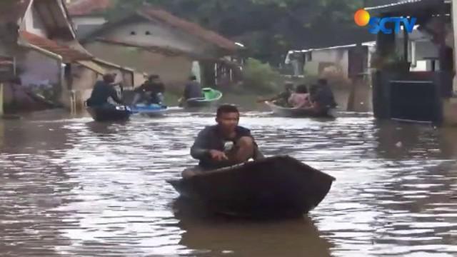Banjir luapan Sungai Citarum yang merendam pemukiman warga di Kabupaten Bandung, Jawa Barat, pada Minggu pagi belum juga surut.