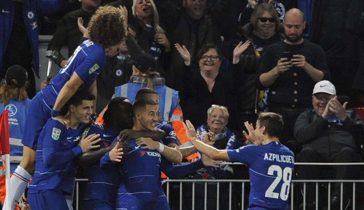 Para pemain Chelsea merayakan gol yang dicetak oleh Eden Hazard ke gawang Liverpool pada laga Piala Liga Inggris di Stadion Anfield, Rabu (26/9/2018). Liverpool takluk 1-2 dari Chelsea. (AP/Rui Vieira)