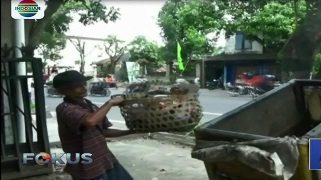 Meski sempat diolok-olok, seorang tukang sampah di Yogyakarta mencontohkan arti pentingnya kejujuran.