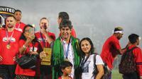 Pelatih Bali United Stefano Cugurra, bersama anak pertamanya Roma dan sang istri Miranda Erlinda saat Serdadu Tridatu menerima trofi Liga 1 2019 di Stadion Kapten I Wayan Dipta, Gianyar. (Bola.com/Maheswara Putra)