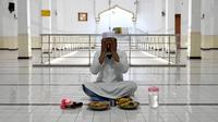 Seorang Muslim berdoa sebelum berbuka puasa di Masjid Jummah selama bulan suci Islam Ramadhan di Kolombo, Sri Lanka pada 4 Mei 2020. Umat Islam di dunia menjalankan ibadah Ramadan di tengah pandemi virus corona dan penerapan lockdown. (ISHARA S. KODIKARA / AFP)