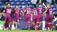 Para pemain Manchester City merayakan gol Leroy Sane (kiri) saat melawan West Bromwich pada lanjutan Premier League di Hawthorns, West Bromwich, (28/10/2017).  Manchester City menang 3-2. (AP/Rui Vieira)