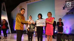 Motivator Tung Desem Waringin (kiri) dan Komisioner Komisi Penyiaran Indonesia, Nuning Rodiyah memberi hadiah kepada peserta audisi News Presenter Competition EGTC 2017 di Universitas Gadjah Mada, Yogyakarta, Rabu (1/11). (Liputan6.com/Helmi Afandi)