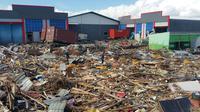 Petugas menyisir puing sisa gempa dan tsunami Palu.