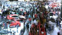Pengunjung memadati stand pameran mobil pada Indonesia International Motor Show 2018 di JIExpo, Jakarta, Minggu (29/4). 38 merek kendaraan dipamerkan dan lebih dari 350 perusahaan ikut dalam IIMS 2018. (Liputan6.com/Helmi Fithriansyah)