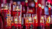 Lilin-lilin menyala saat warga keturunan Tionghoa sembahyang di Vihara Amurva Bhumi, Jakarta, Kamis (11/2/2021). Sembahyang jelang Imlek ini sebagai ungkapan syukur atas rejeki dan keselamatan dari Tuhan serta untuk pengharapan kehidupan lebih baik di tahun Kerbau Logam. (Liputan6.com/Faizal Fanani)