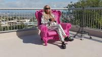 Paris Hilton di rumah mewahnya selama karantina mandiri. (dok. Youtube Paris Hilton/Dinny Mutiah)